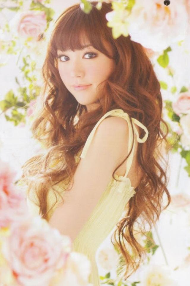 お花に囲まれた桐谷美玲