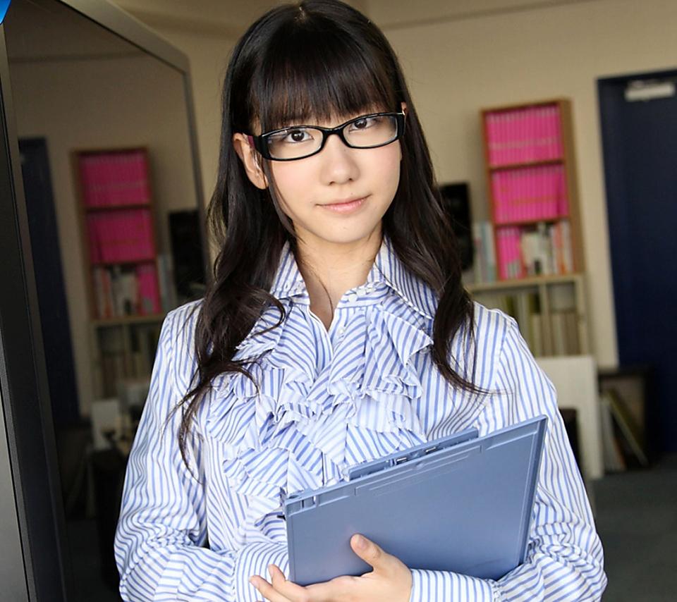 メガネをかけた柏木由紀