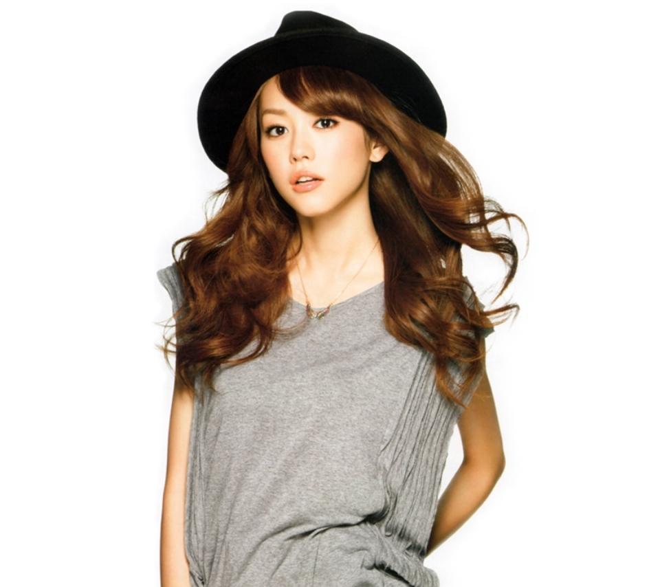 黒い帽子を被って格好良くポーズをする桐谷美玲
