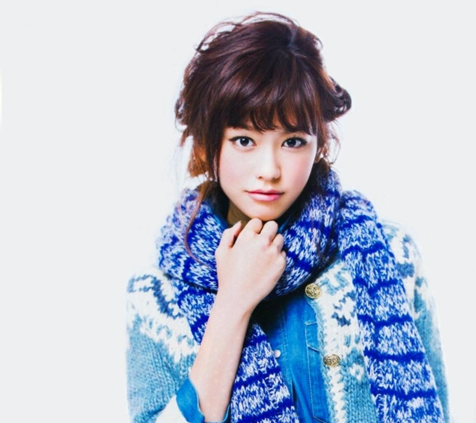 青色でまとめた服が似合っている爽やかな桐谷美玲